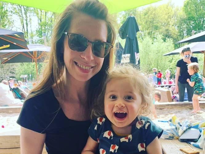 """Baby Pia is vanaf september 'kleuter Pia', klaar voor de gewone school: """"Onze kleine babbelkous doet het fantastisch"""""""