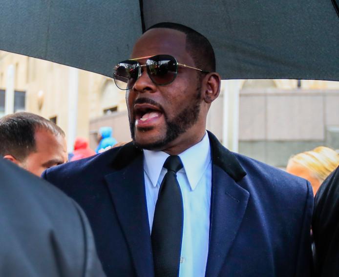 De Amerikaanse zanger R. Kelly bij het gerechtsgebouw voor een eerdere zitting.