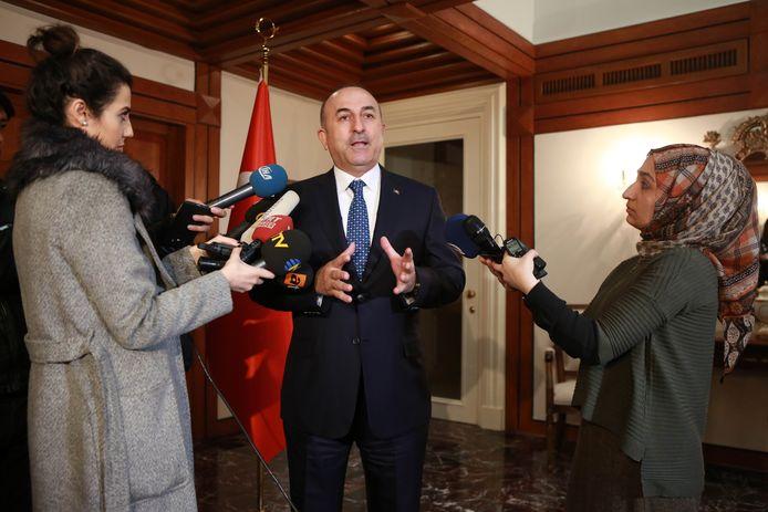 De Turkse minister van buitenlandse zaken tijdens een persconferentie