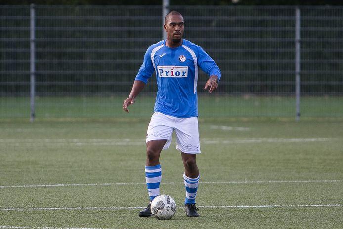 Milton Roemeratoe in actie namens Vlissingen, in een oefenduel met Arnemuiden, zijn nieuwe club.