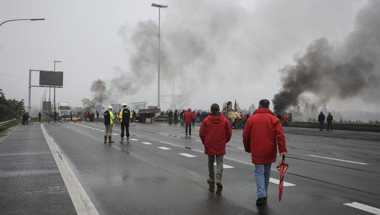 Stakers van de FGTB blokkeerden maandag de snelweg in Luik. Beeld BELGA