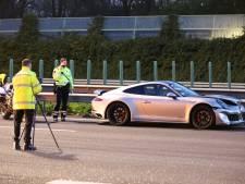 A13 bij Delft dicht vanwege ongeval met drie voertuigen, een bestuurder aangehouden