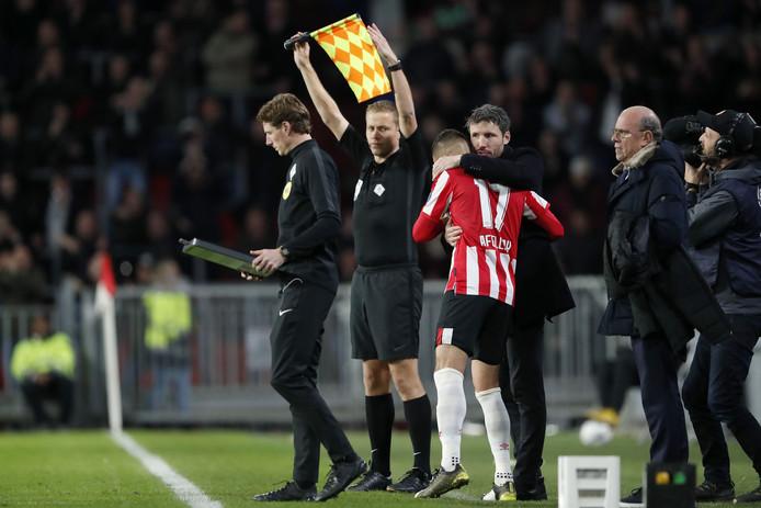 Mark van Bommel omhelst Ibrahim Afellay