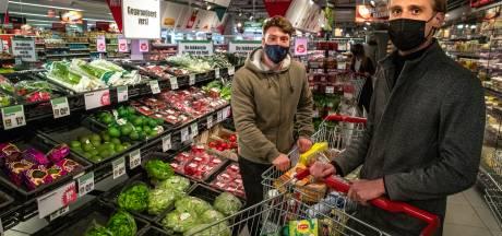 Twintigers Latif en Jur uit Raalte helpen minima met gratis boodschappen: 'Ouders die zelf chips eten zodat hun kinderen wel groente binnenkrijgen'