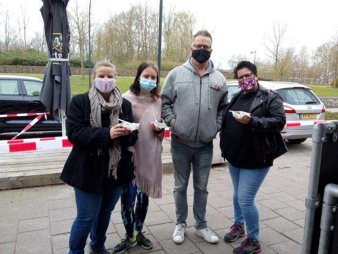 Alandra Bisschop uit Waalwijk met haar familie tijdens hun culinaire stop bij Café De Burgemeester.