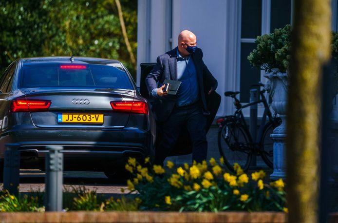 Demissionair minister Ferdinand Grapperhaus arriveert bij het Catshuis voor het overleg tussen voormalige ministers van het demissionair kabinet en deskundigen over het coronavirus.