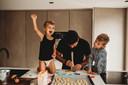 Interactie. Otis en Sett die samen met hun vader Menno koekjes bakken