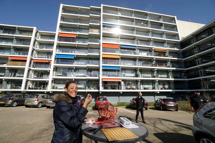 Jane Hersevoort, bedenkster van de Balkonbingo voor bewoners van de flat Rentmeesterhof in Nijmegen.