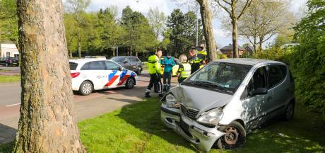 Auto botst tegen boom in Twello: negentigjarige man naar ziekenhuis