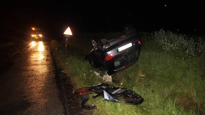 Auto over de kop bij ongeval op kruispunt: Drie inzittenden naar ziekenhuis