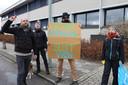 Actiegroep Sluit VION! overhandigt emmer afvalwater aan directielid van het bedrijf.