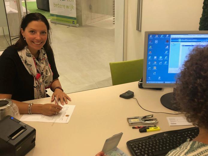 Burgemeester Hanne van Aart schrijft zich in het bevolkingsregister in.