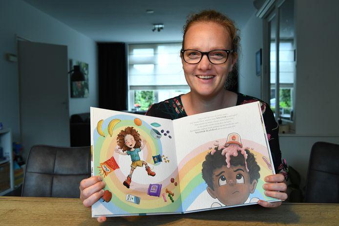 Illustratrice Renate Potter met haar boek