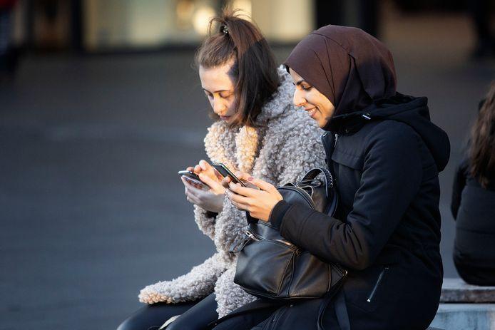 Jongeren kunnen anoniem chatten. De personen op deze foto hebben geen link met het verhaal