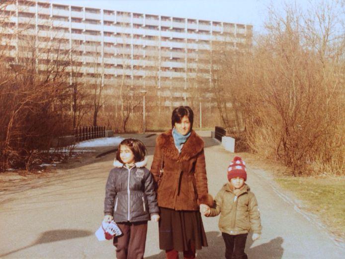 In 1983 komen Murat Isik (met rode muts) en zijn familie naar de Bijlmer. Hij schreef er een roman over: Wees onzichtbaar.