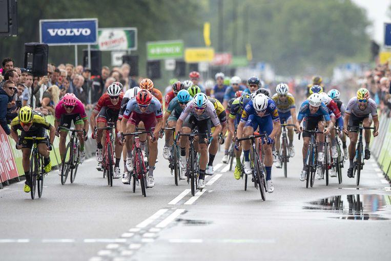 Fabio Jakobsen (in donkerblauw tenue) wint in Bolsward voor Marcel Kittel en Caleb Ewan de eerste etappe van de BinckBank. Beeld ANP