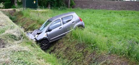 Auto in Vriezenveen belandt na botsing in sloot: persoon naar ziekenhuis