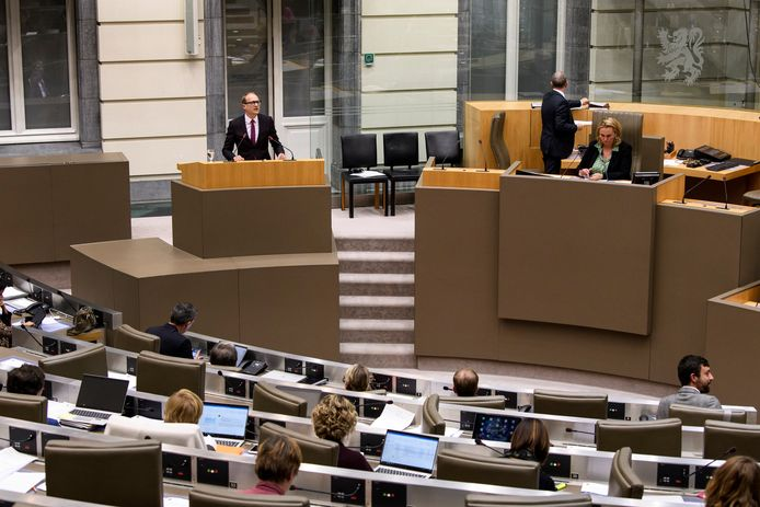 Het voorstel van Vlaams minister van Onderwijs Ben Weyts (N-VA) kreeg heel wat kritiek in het parlement, ook vanuit de meerderheid.
