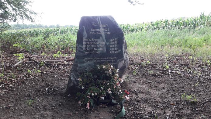 Het monument voor de omgekomen Britse bemanningsleden van Dakota FZ626 op Hoog Erf in Arnhem.