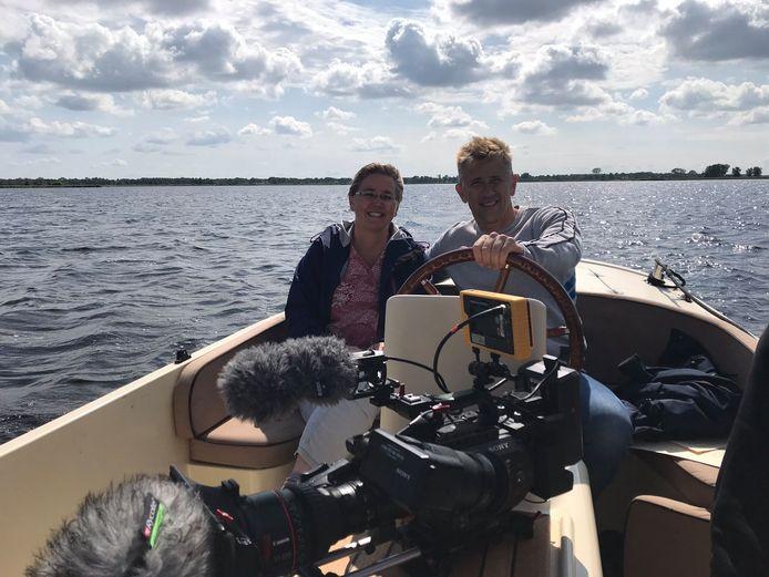Hoogleraar Lotte Jensen en presentator Waldemar Torenstra tijdens de opnamedag voor het nieuwe NTR-programma Het Verborgen Verleden van Nederland in Giethoorn afgelopen week.