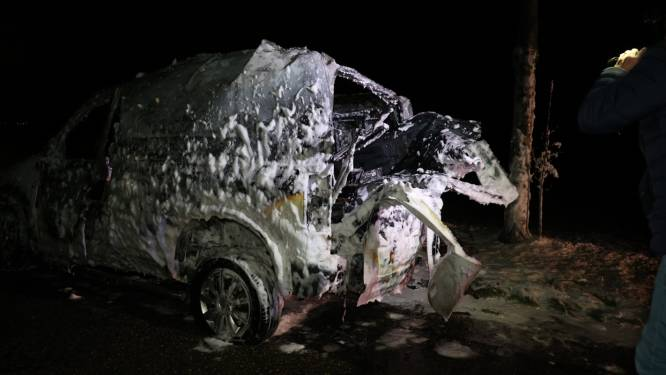 Gasfles ontploft bij autobrand in Herpt, brandweerman gewond