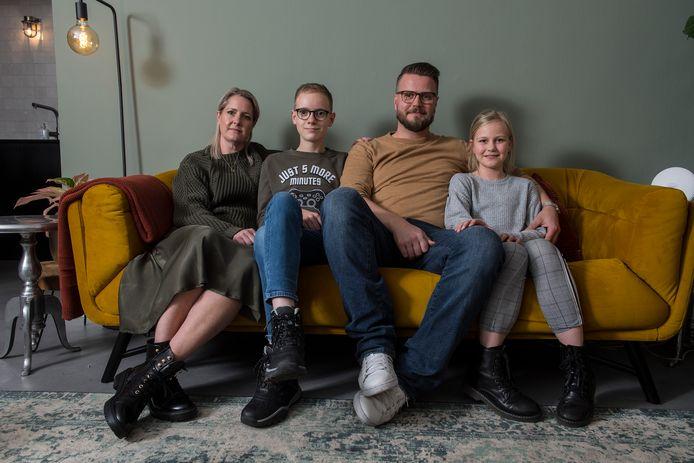 Het gezin Weerdenburg op de bank, in afwachting van nieuwe maatregelen.