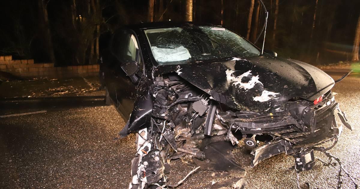 Ernstig ongeluk in Appeltern; motorblok vliegt door crash uit auto en belandt op oprit.