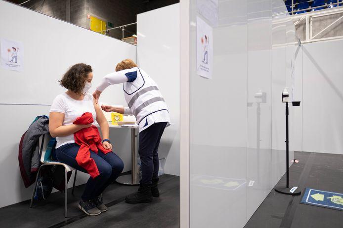 Proefdraaien in vaccinatiecentrum in de in sport- en evenementenhal Binder