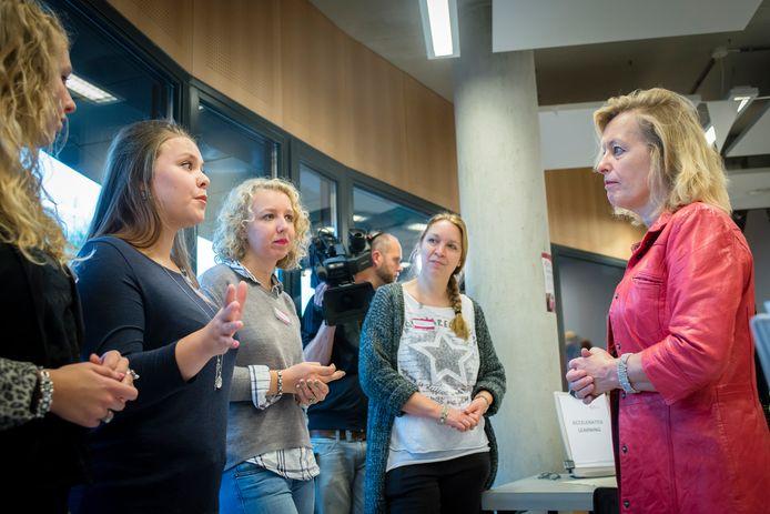 Jet Bussemaker luistert in 2016 naar studenten die uitleggen wat de voordelen zijn van leren en stage lopen via de Zorgboulevard van het Kellebeekcollege (ROC) in Roosendaal. Bussemaker was toen minister.