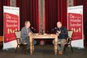 Oud-journaalpresentator Gijs Wanders interviewde auteur René den Ouden van De moederbanden tijdens de onthulling van het boek.