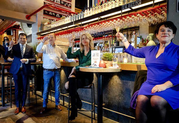 Demissionair staatssecretaris Mona Keijzer en burgemeester Sharon Dijksma (rechts) afgelopen woensdag tijdens de aftrap van de caféproef