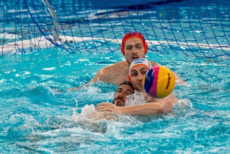 Eelco Wagenaar en Guus van IJperen van het Nederlandse team tijdens het olympisch kwalificatietoernooi tegen Ugo Crousillat Êvan Frankrijk.  Beeld ANP