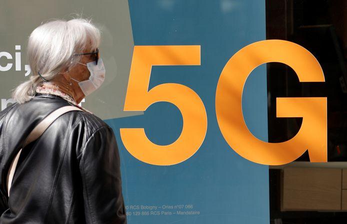 Un panneau présentant la 5G à Nice, le 1er avril 2021.