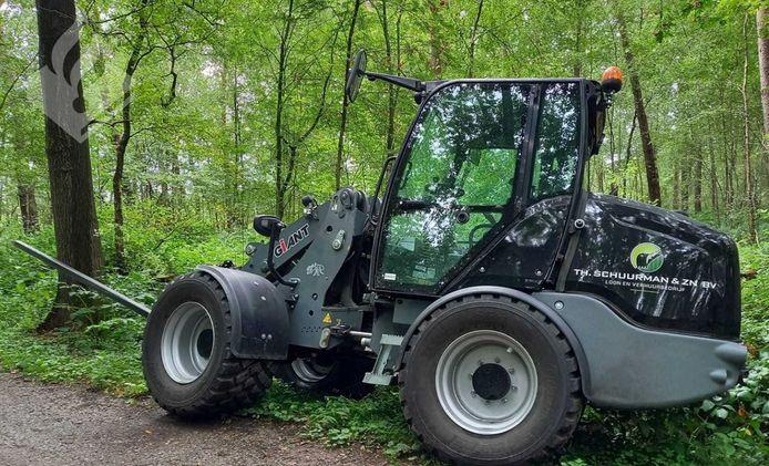 Een van de twee shovels die door de Winterswijkse fietsster zijn teruggevonden in het Duitse bos bij Oeding.