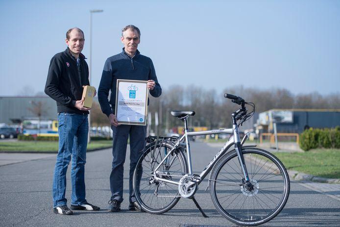 Joop Stiggelbout en zijn vader, eigenaren van fietsenfabriek Intersens., die op Tweewieler RAI eerste prijs 'fiets van het jaar' hebben gewonnen.