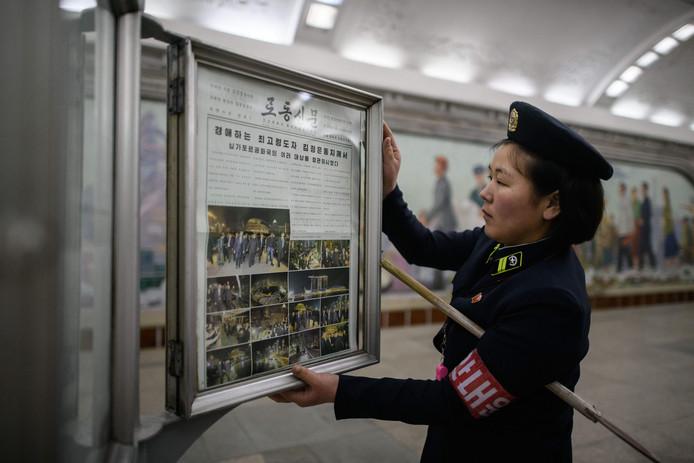 De voorpagina van de Noord-Koreaanse krant Rodong Sinmun met foto's van de top, dinsdag op het perron van de metro van Pyongyang