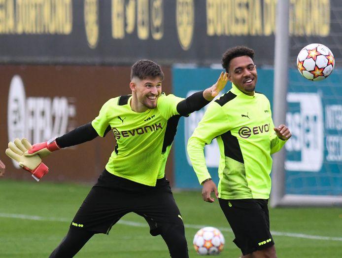 Donyell Malen (r) tijdens de training met doelman Gregor Kobel.