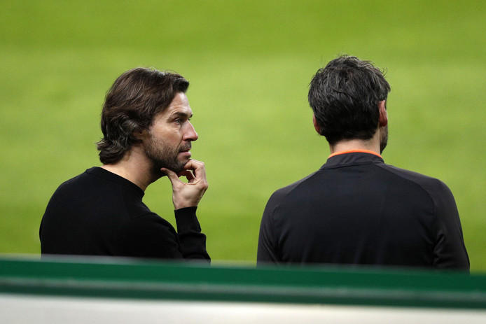 John de Jong en Mark van Bommel, de technisch manager en trainer van PSV in Lissabon.