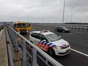 Autokraak Ereveld Grebbeberg eindigt op Waalbrug.