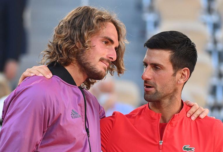 Stefanos Tsitsipas wordt na de finale getroost door winnaar Novak Djokovic. Beeld EPA