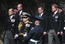 Peter Philips, de oudste zoon van prinses Anne, loopt tijdens de begrafenisstoet tussen William (linksachter) en Harry in.