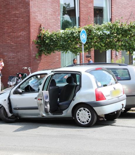 Bestuurder ramt geparkeerde auto op hoge snelheid doordat hij inparkeerder wil ontwijken