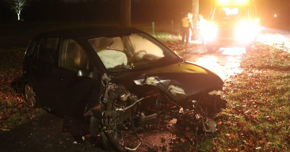 Motorblok slingert uit auto bij eenzijdig ongeval in Emst.