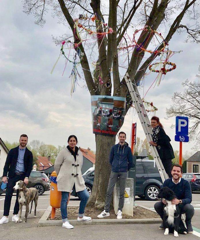 De feestvrienden zorgden voor een meiboom op het plein.