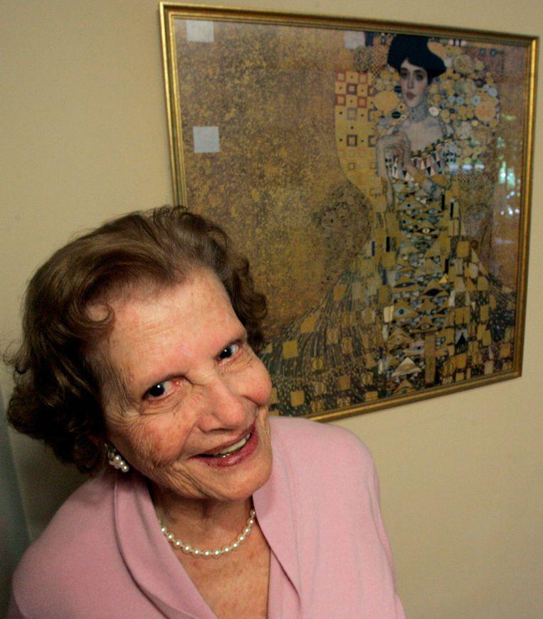 Maria Altmann poseert voor de foto bij het portret van haar tante Adele Bloch-Bauer, van de hand van Gustav Klimt. Beeld AP