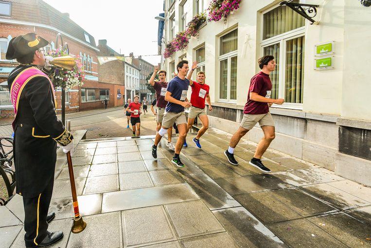 Een sfeerbeeld uit de eerste editie in september 2016. De deelnemers liepen toen door de foyer en trouwzaal van het stadhuis.