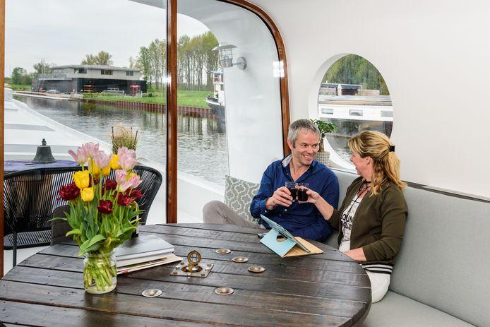 Het goede leven op een woonschip met uitzicht als een schilderij, Wim en Anneke Robbertsen raken nooit uitgekeken.