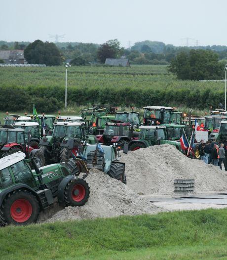 Felle discussie tussen boeren en 'stikstofstrijder' Vollenbroek onder toeziend oog politie in Nijmegen-Noord