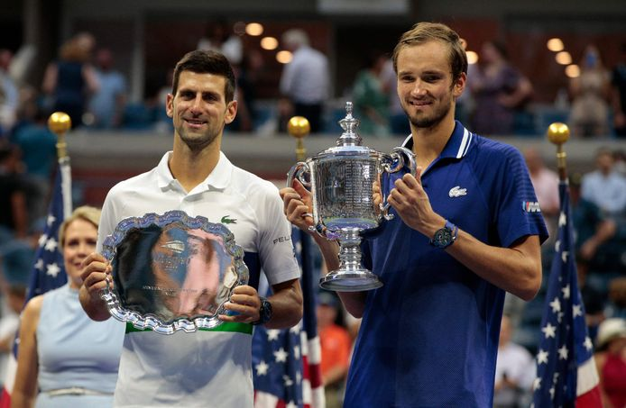 Daniil Medvedev (R) en Novak Djokovic.
