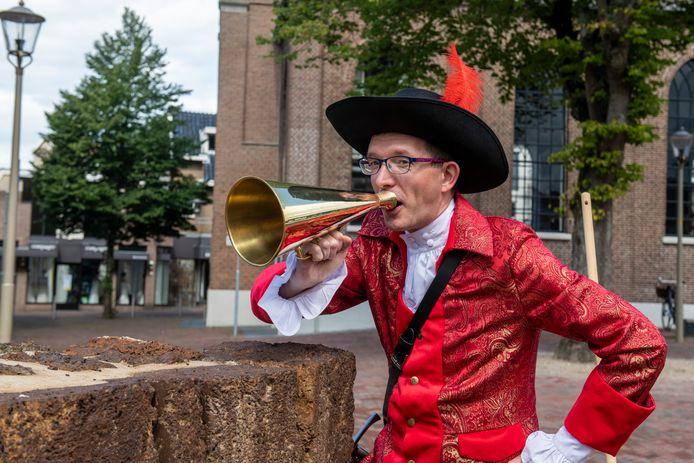 Jan Kosters kon niet meer rondkomen door te goochelen, dus besloot hij - geheel in eigen stijl - stadswandelingen te gaan geven in Hardenberg.